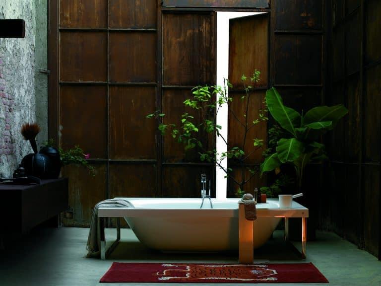 Jungle v koupelně, květiny v koupelně, vana do prostoru, předložka s tygrem