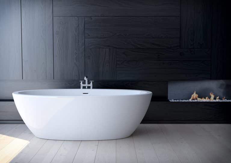 Tmavá koupelna s krbem, dřevěným obkladem a vanou do prostoru Loom