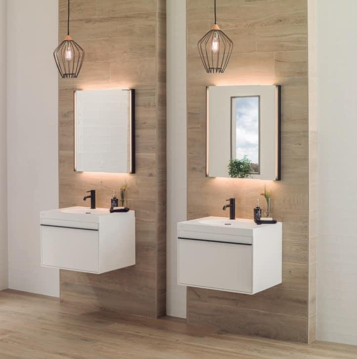 umyvadla na bílých umyvadlových skříňkách, černá baterie, světlý dřevěný obklad, dlažba s imitací dřeva, drátěné závěsné svítidlo, hranatá zrcadla