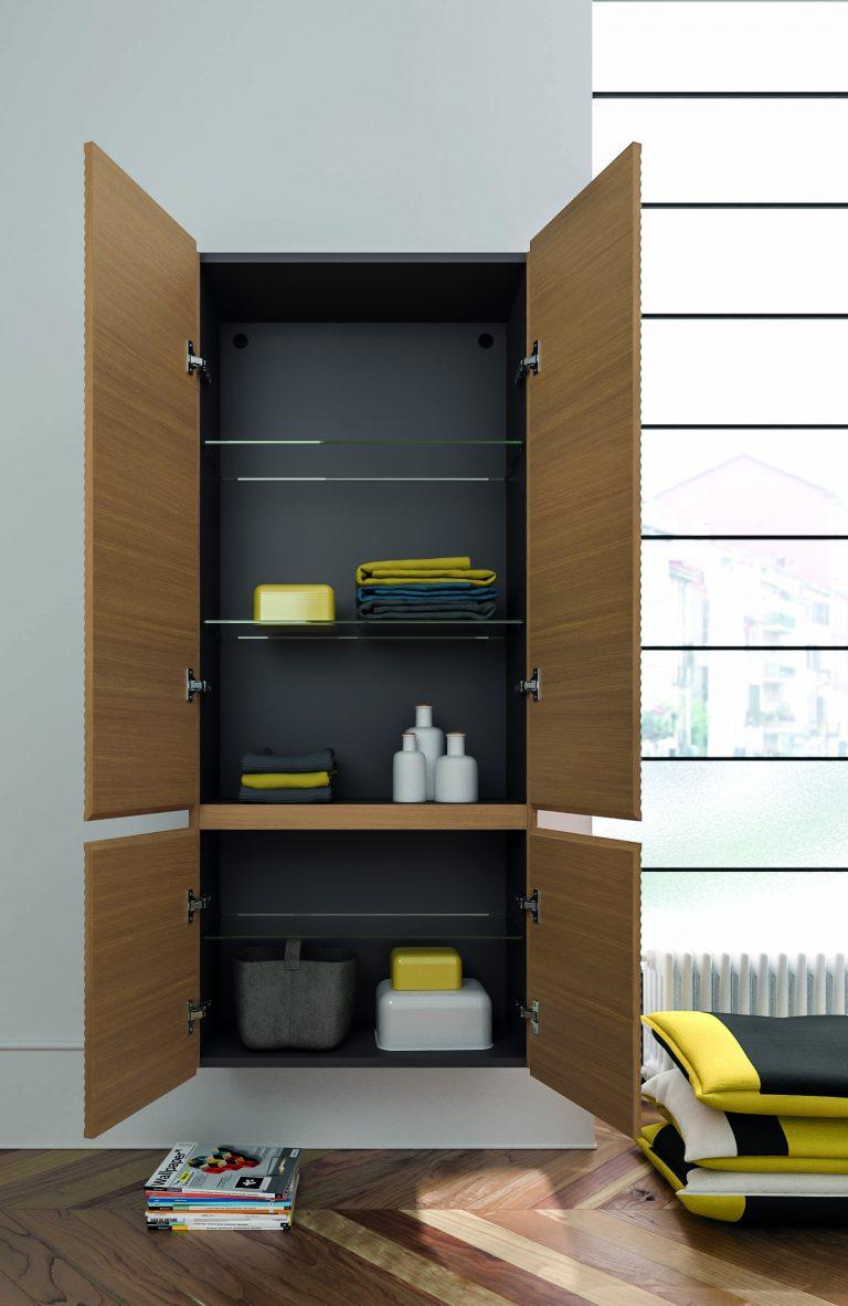 Otevřená koupelnová skříňka a její vnitřní uspořádání