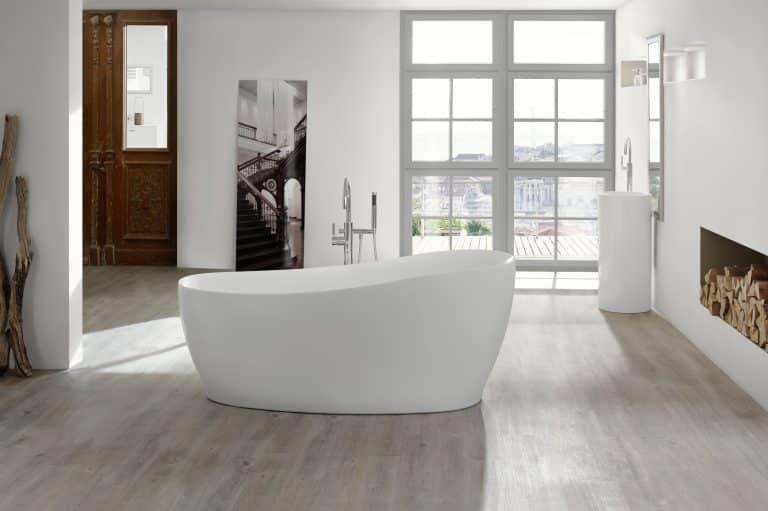 Koupelna s výhledem na město, s krbem a vanou do prostoru Relax