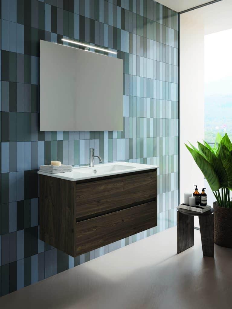 Tmavá dřevěná umyvadlová skříňka se dvěma zásuvkami, zrcadlo, květina v koupelne