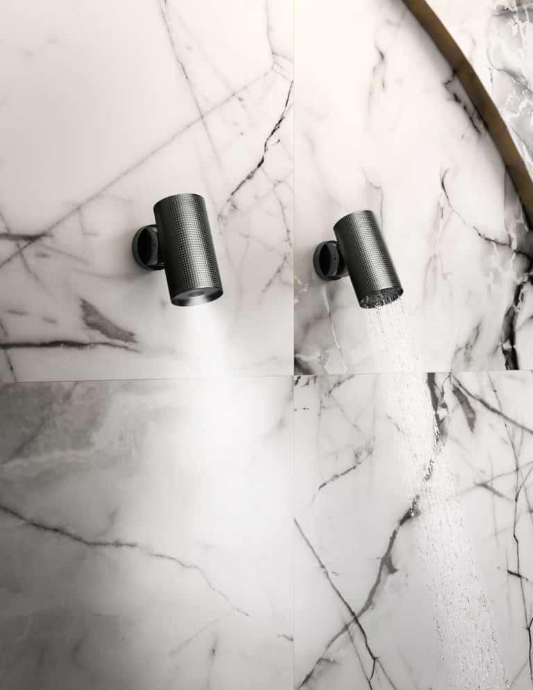 Designové hlavové černé sprchy na mramorové zdi