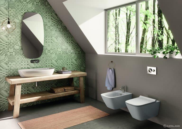 Koupelna se zeleným obkladem, dřevěným nábytkem, umyvadlem na desce, wc a bidet Green, květina v koupelně