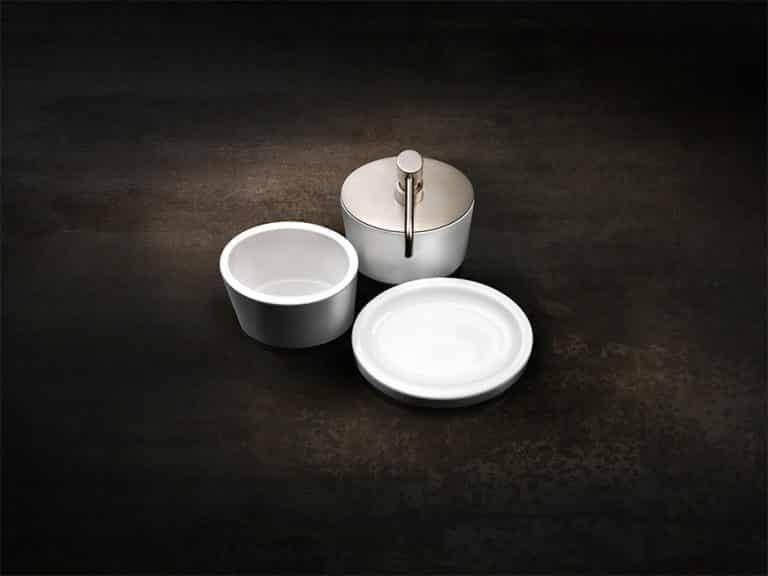 Bílé keramické doplňky do koupelny, dávkovač na mýdlo s chromovou pumpičkou, mýdlenka a kalíšek