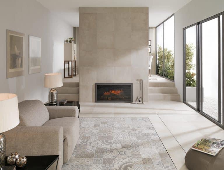 Obývací pokoj s krbem, béžová dlažba a dlažba s dekorem místo koberce, béžové křeslo