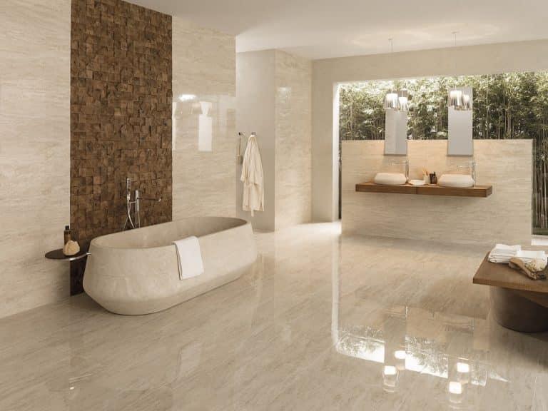 Béžová mramorová koupelna z travertinu, vana z kamene do prostoru, dřevěná mozaika, umyvadla na desce