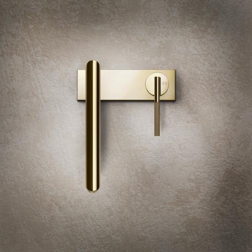 zlatá umyvadlová vodovodní baterie na zdi