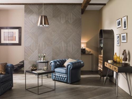 Obývací pokoj s dřevěným obkladem, modrá kožená sedací souprava, černý odkládací stolek