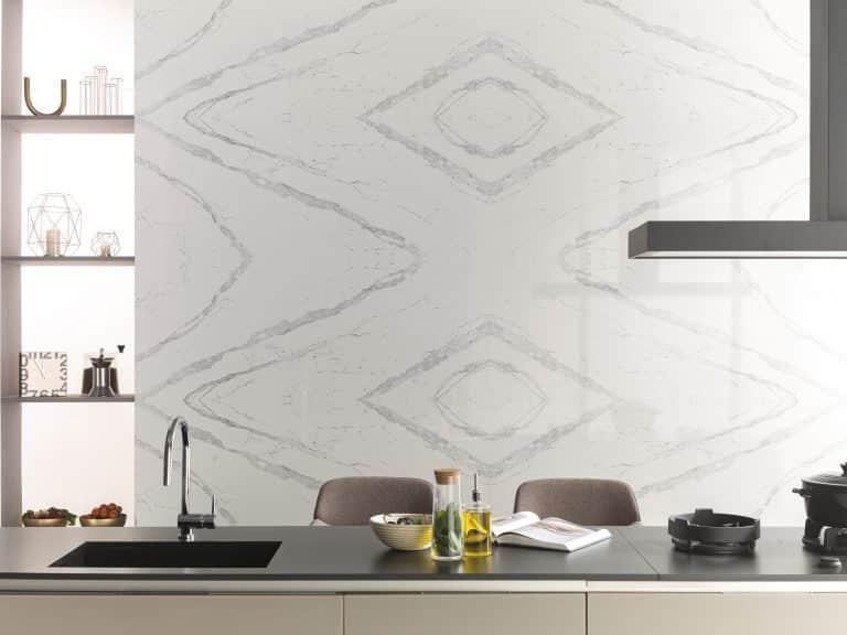 Kuchyně s bílým mramorovým obkladem, černá kuchyňská deska