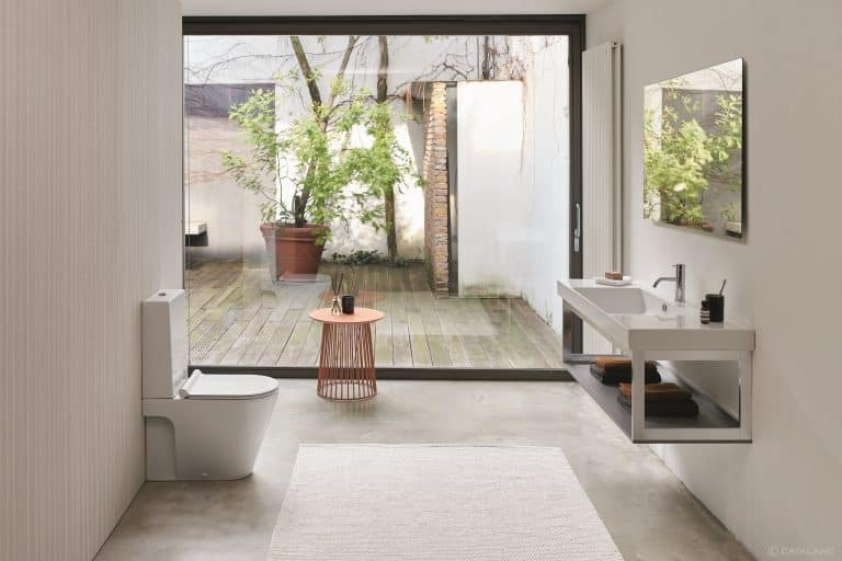 Prosklená koupelna s výhledem do zahrady