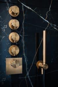 černý mramorový obklad ve sprchovém koutě, Multifuknční sprchová termostatická baterie, ruční sprcha a hadice