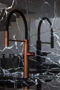 Mramorová deska za kuchyňskou linkou, bronzová kuchyňská baterie