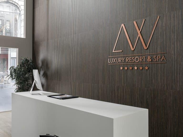 recepce v hotelu s dřevěným obkladem, bílý pult
