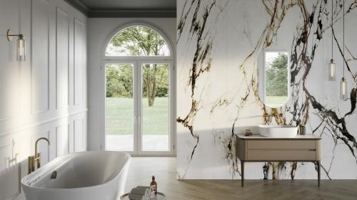 Koupelna z mramoru s francouzským oknem