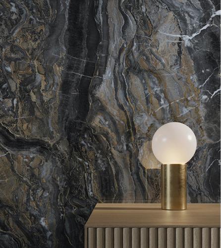 Tmavě šedá mramorová zeď, stolek s lampičkou