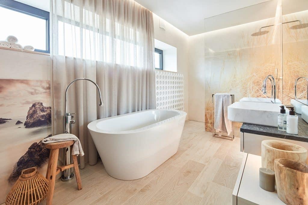 Koupelna, dlažba dřevo, volně stojící vana a baterie, dřevěné doplňky a dekorace, skleněná sprchová zástěna
