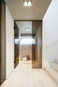 chodba, dřevěné dekorace, skleněné dveře