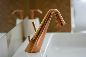 Stojánková umyvadlová měděná baterie na umyvadle, zrcadlo, měděný dávkovač tekutého mýdla